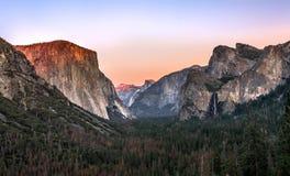 Den Yosemite nationalparken är i California's Sierra Nevada berg royaltyfri bild