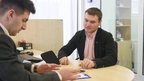 Den yrkesmässiga bilförsäljarevisningen skyler över brister för att underteckna till hans cutomer Ung stilig man som förbereder s stock video