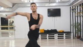 Den yrkesmässiga dansaren repeterar Han är i korridoren för repetitioner Repeterar danssamtidan samtida Det arkivfilmer