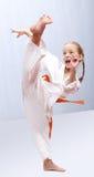 Den yrkesmässiga flickan gör karatespark Royaltyfri Fotografi