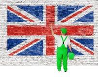 Den yrkesmässiga husmålaren täcker väggen med den brittiska flaggan Arkivfoton