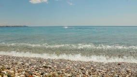 Den yrkesmässiga idrottsmannen simmar bröstsim i havet på den soliga dagen manbad i det lugna blåa havet på den blåa himlen stock video