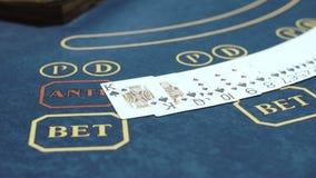 Den yrkesmässiga kvinnliga croupier som arbetar under kort, hasar i kasino lager videofilmer