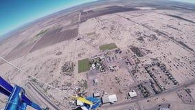 Den yrkesmässiga skydiverflugan hoppa fallskärm på ovanför Arizona solig dag extremt arkivfilmer