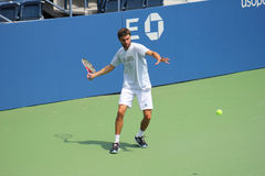Den yrkesmässiga tennisspelaren Gilles Simon öva för US Open på Billie Jean King National Tennis Center Royaltyfri Bild