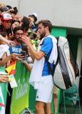 Den yrkesmässiga tennisspelaren Gilles Simon av Frankrike undertecknar autografer efter hans match för runda 3 av Rio de Janeiro  Arkivfoto