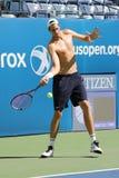 Den yrkesmässiga tennisspelaren John Isner av Förenta staterna öva för US Open 2015 Arkivfoto