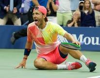 Den yrkesmässiga tennisspelaren Lukas Poulle av Frankrike firar seger över Rafael Nadal efter matchen för runda tre på US Open 20 Royaltyfria Bilder