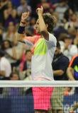 Den yrkesmässiga tennisspelaren Lukas Poulle av Frankrike firar seger över Rafael Nadal efter matchen för runda tre på US Open 20 Royaltyfri Bild