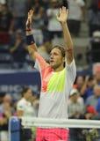 Den yrkesmässiga tennisspelaren Lukas Poulle av Frankrike firar seger över Rafael Nadal efter matchen för runda tre på US Open 20 Arkivfoton