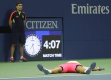 Den yrkesmässiga tennisspelaren Lukas Poulle av Frankrike firar seger över Rafael Nadal efter matchen för runda tre på US Open 20 Royaltyfri Fotografi