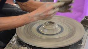 Den yrkesmässiga thai gamala mannen som använder mekanikerkrukmakeri, gjorde lergods stock video