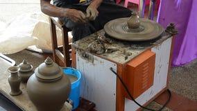 Den yrkesmässiga thai gamala mannen som använder mekanikerkrukmakeri, gjorde lergods arkivfilmer