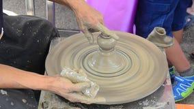Den yrkesmässiga thai gamala mannen som använder mekanikerkrukmakeri, gjorde lergods lager videofilmer