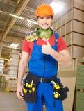 Den yrkesmässiga unga arbetaren med tummar på shoppar upp Royaltyfria Bilder