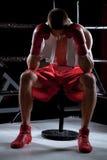 Den yrkesmässiga unga boxaren uttrycker negativa sinnesrörelser Arkivbild