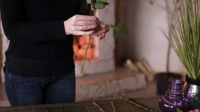 Den yrkesm?ssiga blom- konstn?ren, blomsterhandlare g?r ren blommor fr?n de bleka extra sidorna - - gula rosor p? blomsterhandeln stock video