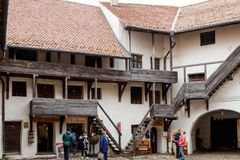 Den yttre borggården av den stärkte kyrkliga Prejmeren i den Prejmer staden i Rumänien Royaltyfri Foto
