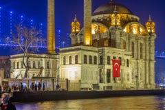 Den yttre sikten av den Ortakoy moskén with15 Juli spelar martyr bron arkivbilder