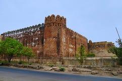 Den yttre sikten av den södra Bhadra porten och väggen av det Champaner fortet som lokaliserades i UNESCO, skyddade Champaner - a Royaltyfri Foto