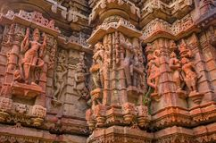 Den yttre väggen av templet fördärvar och sned beautifully stenskulptur av den hinduiska och Jain religionen fotografering för bildbyråer