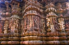 Den yttre väggen av templet fördärvar och sned beautifully stenskulptur av den hinduiska och Jain religionen royaltyfria foton