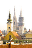 Den Zagreb domkyrkan i Kroatien - gotisk stil som är roman - katolik, kyrklig institution arkivfoto