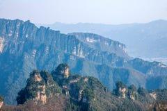 Den Zhangjiajie medborgaren Forest Park i Hunan allmänna Tianzishan vaggar Qunfeng Arkivfoton