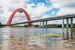 Den Zhivopisny bron är denblivna bron som spänner över Moskva Rive royaltyfria foton