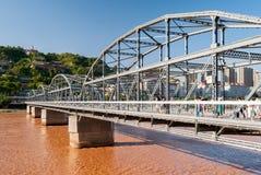 Den Zhongshan bron i Lanzhou (Kina) under en solig eftermiddag Arkivfoton