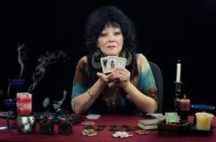 Den zigenska kvinnan undervisar läsning för tarokkortet Arkivbilder