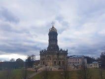 Den Znamenskaya kyrkakyrkan av vår dam av undertecknar in Dubrovitsy royaltyfria foton