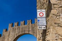 Den Zona tafficolimitatoen undertecknar in San Marino Italy arkivfoton