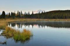 Denali góra i Cud jezioro przy wschodem słońca zdjęcia stock