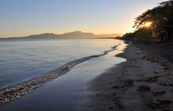 Denarau海岛海滩在黎明,斐济 免版税库存图片