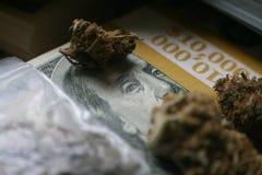 Denaro della droga con la borsa della moneta da dieci centesimi di dollaro & la pila di Bud On $10k di alta qualità di centinaia Immagine Stock