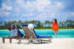 Denbarn för sommarsemestern kvinnan tycker om tropiskt royaltyfri bild