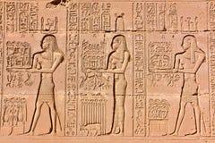 DENDERA, EGIPTO: Os hieróglifos no templo de Dendera dedicaram à deusa de Hathor foto de stock royalty free
