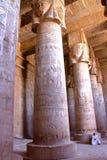 DENDERA EGYPTEN - NOVEMBER 2, 2011: De enorma pelarna och det härliga taket inom den Dendera templet som är hängiven till den Hat royaltyfria foton