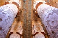 DENDERA EGYPTEN - NOVEMBER 2, 2011: De enorma pelarna och det härliga taket inom den Dendera templet som är hängiven till den Hat Arkivbild