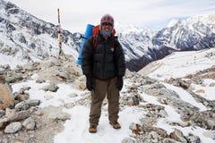 Dendi Sherpa (guia trekking) na passagem de Larke Fotografia de Stock