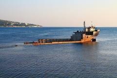dendoppade gamla förstörda rostiga järnpråm strandade i en fjärd på Blacket Sea Royaltyfria Foton