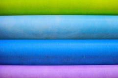 denfärgade trasan klädde med filt bakgrund arkivbilder