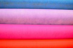 denfärgade trasan klädde med filt bakgrund royaltyfri foto