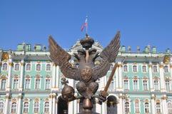 Denhövdade örnen på slottfyrkanten i St Petersburg Arkivfoto