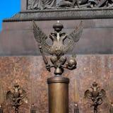 Denhövdade örnen på staketet av Alexander Column framme av vinterslotten Ryssland petersburg arkivbild