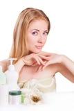 denhövdade kvinnan med skincare och spikar produkter Arkivfoton