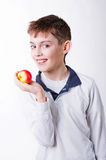 Denhaired pojken som rymmer ett rött äpple Royaltyfria Bilder