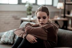 denhaired tonårs- flickan med mörk makeupkänsla belastade mycket fotografering för bildbyråer