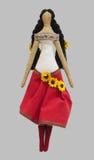 Denhandgjorda isolerade dockaflickan i ukrainska folk utformar klänningen Royaltyfria Foton